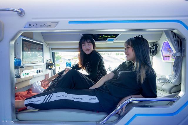 moi khai truong xe limousine giuong doi danh rieng cho couple vi vu da lat: sang-xin-min nhu khach san 5 sao  - anh 5